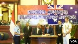 Menteri Pertahanan Purnomo Yusgiantoro menandatangani perjanjian kerja sama dengan Menteri Pertahanan Australia Stephen Francis Smith. (VOA/Andylala Waluyo)