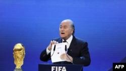 Chủ tịch FIFA Sepp Blatter công bố nước giành quyền đăng cai World Cup 2018 và 2022 ở Zurich, Thụy SĨ, hôm 2/12.