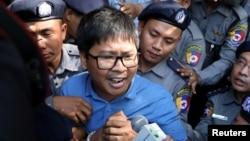 미얀마 검찰이 로힝야족 인종청소 논란을 보도해온 로이터 통신 기자 와 론(사진) 씨와 초 소에우 씨를 10일 기소했다.