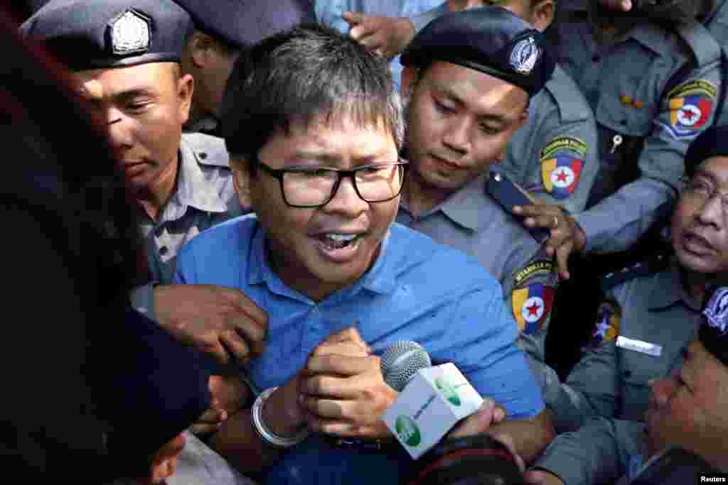 អ្នកកាសែត Reuters លោក Wa Lone បានមកដល់តុលាការទីក្រុងរ៉ងហ្គូនប្រទេសមីយ៉ាន់ម៉ា។ លោក Wa Lone និងអ្នកកាសែត Reuters ផ្សេងទៀតគឺលោក Kyaw Soe Oo ត្រូវបានចោទប្រកាន់ពីបទល្មើសនឹងច្បាប់ប្រទេស Official Secrets Act ជិតមួយខែបន្ទាប់ពីមន្រ្តីប៉ូលិសពីរនាក់ប្រគល់ឯកសារសម្ងាត់ឲ្យ។