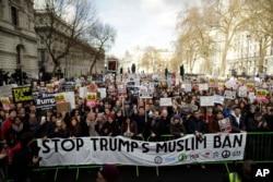 Một cuộc tuần hành phản đối sắc lệnh hành pháp của Tổng thống Donald Trump tại London, Anh, ngày 4 tháng 2, 2017.