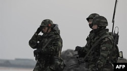Binh sĩ Thủy quân Lục chiến Nam Triều Tiên tuần tra trên đảo Yeonpyeong, ngày 22/12/2010