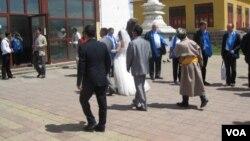 乌兰巴托一家寺庙内的婚礼。