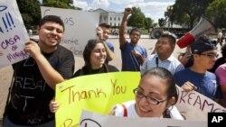 Un grupo de inmigrantes indocumentados agradecen al presidente Obama el haber aprobado la acción diferida que les permitirá continuar sus estudios.