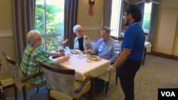 버지니아 '에릭슨 리빙 은퇴 노인 시설(Erickson Living retirement community)'의 근로 장학생 프레드릭 로이 마르케스 군이 노인들의 아침 식사시간에 서빙을 하고 있다.