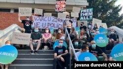 Protest ispred Prekršajnog suda u Beogradu