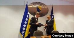 Wigemark uručuje Bevandi Izvještaj o BiH za 2018.