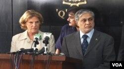 وزیر خزانہ اسحاق ڈار اور 'اوپک' کی صدر الزبتھ لٹل فیلڈ