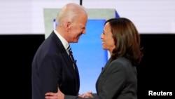 资料照片:拜登与哈里斯在民主党总统辩论期间握手。(2020年7月31日)