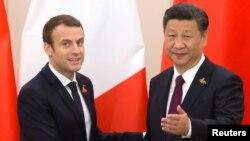 Le président français Emmanuel Macron échange une poignée de mains avec son homologue chinois Xi Jinping en marge du sommet de G20 à Hambourg, Allemagne, 8 juillet 2017.