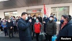 Presiden China Xi Jinping meninjau pencegahan virus corona di Komunitas Anhuali, di Beijing, China, 10 Februari 2020. (Foto: Xinhua via Reuters)
