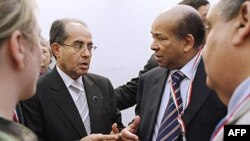 Ông Mahmoud Jibril (trái), chủ tịch Hội đồng Quốc gia Chuyển tiếp Transitional của Libya, nói chuyện với ông Abdurrahman Mohamed Shalgham, cựu đại diện thường trú của Libya tại LHQ, ngày 5 tháng 5, 2011 tại Rome.