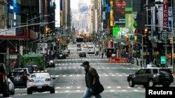کرونا وائرس کی وبا کو روکنے کے لیے نیویارک میں جاری لاک ڈاؤن کے دوران شہر کے وسطی علاقے مین ہیٹن کی سڑکیں سنسان ہیں۔ (فائل فوٹو)