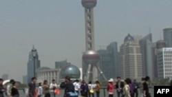 游客在上海外滩,对岸是浦东(2012年8月)