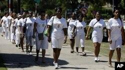 Thành viên của Nhóm Phụ nữ Áo trắng xuống đường tuần hành trước Nhà thờ Santa Rita ở Havana, Cuba, ngày 18/3/2012