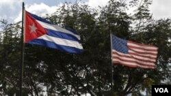 Quốc kỳ Mỹ và Cuba.
