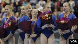 Tim Rusia meraih medalli emas dengan Ekaterina Kurbatova, Aliya Mustafina, Tatiana Nabieva, Anna Dementyeva, Ksenia Afanasyeva and Ksenia Semenova, dari kiri ke kanan. Tim Amerika meraih Perak dan Tiongkok mendapat Perunggu.