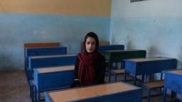 Zarifeh Shakoori, profesora de lengua pastún, posa para una foto en una escuela en Kabul, Afganistán, 18 de septiembre de 2021.