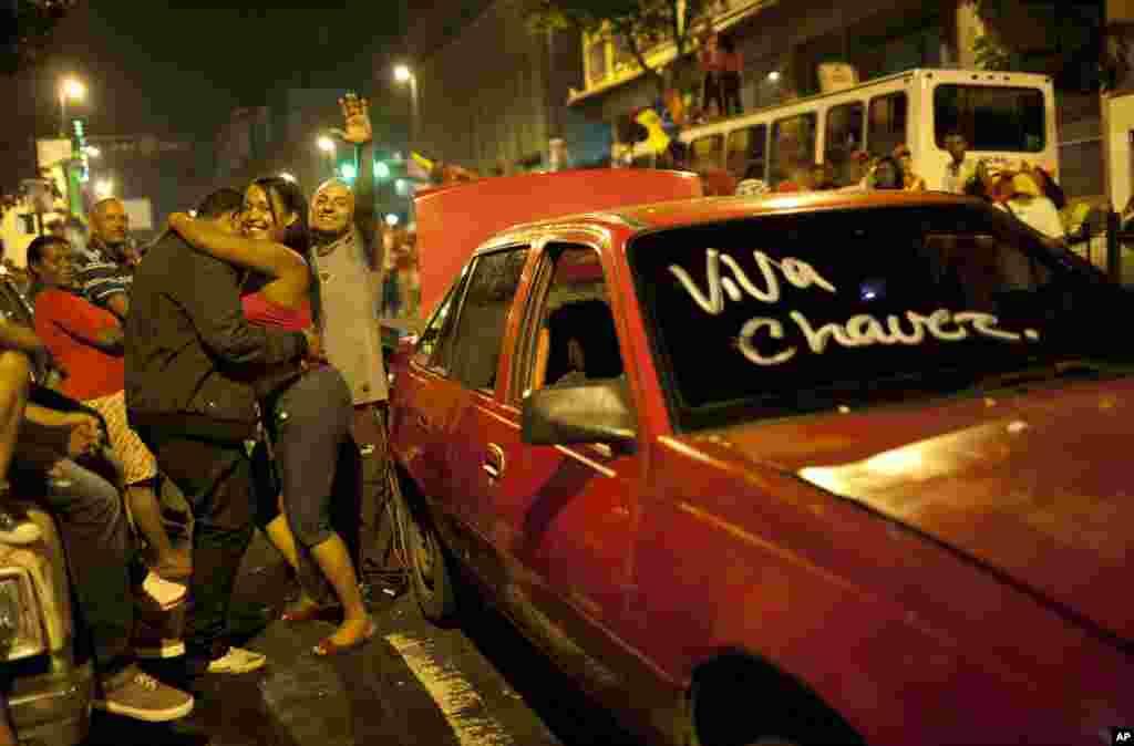 Người ủng hộ tổng thống Chavez đổ ra đường phố thủ đô Caracas ăn mừng chiến thắng.