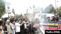 Laskar Islam di Solo melakukan aksi demo terkait tewasnya terduga teroris oleh Densus Anti Teror, Jumat (18/3). (Foto: VOA/Yudha)