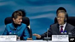 2010年10月4日中國國務委員戴秉國(右)和聯合國《氣候變化框架公約》執行秘書菲格雷斯在氣候大會上 (資料照片)