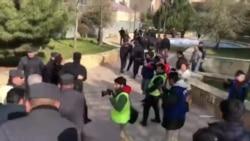 MSK-nın binası qarşısında polis aksiya iştirakçılarını saxlayır