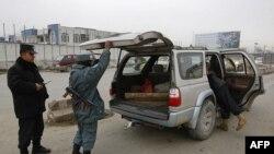Cảnh sát Afghanistan khám xét xe cộ tại một chốt kiểm soát ở Kabul, ngày 26/2/2012
