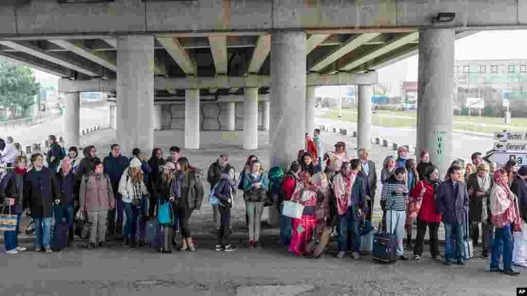 Des passagers évacuent l'aéroport de Bruxelles, le 22 mars 2016.