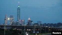 Des cyclistes font du vélo à Taipei au coucher du soleil, Taiwan, 6 août 2020.