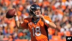 Peyton Manning của đội bóng bầu dục Denver Broncos