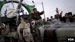 Pasukan pemberontak merayakan kemenangan mereka saat melintasi perbatasan sebelah barat Ajdabiya, menuju Ras Lanuf, Jumat (4/3).