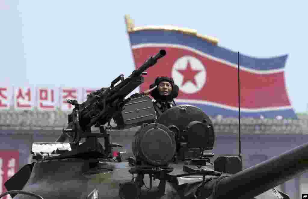 지난 2013년 7월 평양 김일성광장에서 열린 한국전 정전 60주년 기념 열병식에서 인민군 탱크부대가 행진하고 있다.
