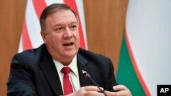 美國國務卿蓬佩奧在烏茲別克斯坦首都塔什幹舉行的記者會上講話。(2020年2月3日)