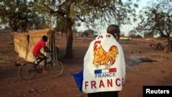 Yacouba Konaté, 56 ans, arborant le drapeau français, le 14 janvier 2013.