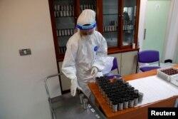 Seorang petugas kesehatan mengumpulkan sampel yang diperiksa oleh anjing yang telah dilatih untuk mengendus virus COVID-19 di Universitas Chulalongkorn, di Bangkok, Thailand 21 Mei 2021. (REUTERS / Jorge Silva)