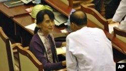 Ikon pemimpin pro-demokrasi Burma Aung San Suu Kyi di Gedung Parlemen Burma di Naypyitaw, Burma (Foto: dok).