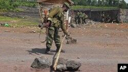 Un militaire à un point de contrôle près de l'endroit se battent les rebelles du M23 et l'armée régulière non loin de Goma, Nord-Kivu, 19 novembre 2012.