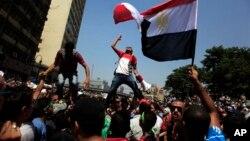 Para pendukung Ikhwanul Muslimin (IM) melakukan aksi protes di Kairo (foto: dok). Panel kehakiman Mesir menuduh IM beroperasi di luar aturan hukum.
