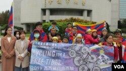 为西藏自由而骑的活动在台北市议会前举行记者会。 (美国之音张永泰拍摄)