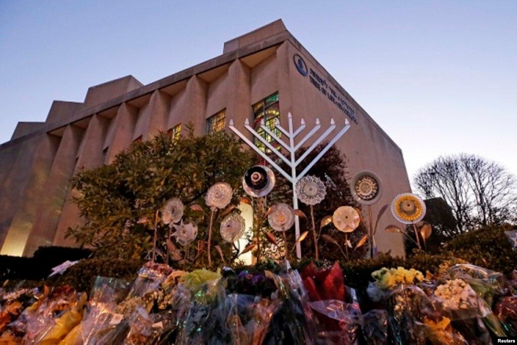 Amerika'nınPennsylvaniaeyaletinde,PittsbughkentindekiHayatAğacıCemaati(Tree of Life Congregation)sinagogundasilahlıbirkişininsaldırısısonucu11kişiöldü,altıkişiyaralandı. 27 Ekim 2018