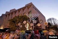 Sinagog Tree of Life pada malam pertama Hanukkah, Minggu, 2 Desember 2018. (Foto: Reuters)