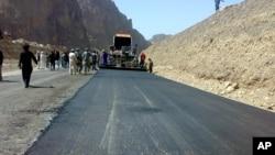 کار قیر ریزی ده کیلومتر سرک در بامیان آغاز شد