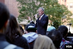 """""""All the TV advertising in the world won't motivate people to go the way you can,"""" said NYC mayor Bill de Blasio, in a final """"get out the vote"""" effort at Baruch college, Nov. 7, 2016. (R. Taylor/VOA)"""