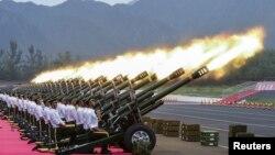 中国武警为纪念二战胜利70年阅兵在北京兵营里进行礼炮实弹训练.(资料照片)