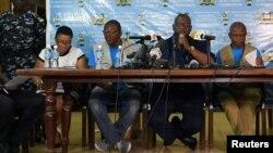 Le président de la Commission électorale nationale de Sierra Leone, Mohamed Nfa'ali Conteh, annonce les résultats du premier tour de l'élection présidentielle à Freetown, en Sierra Leone, le 13 mars 2018.