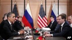 លោកប្រធានាធិបតីសហរដ្ឋអាមេរិក បារ៉ាក់ អូបាម៉ា ជួបសន្ទនាជាមួយលោកប្រធានាធិបតីរុស្ស៊ី Dmitry Medvedev នៅក្នុងការប្រជុំក្រៅផ្លូវការនៅក្នុងកិច្ចប្រជុំកំពូល APEC នៅក្នុងយ៉ូកូហាម៉ាប្រទេសជប៉ុន កាលពីថ្ងៃទី១៤ខែវិច្ឆិកាឆ្នាំ២០១០។