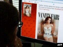 Một nhà báo xem thông báo trên Twitter của tờ Vanity Fair về việc cựu quán quân Olympic Bruce Jenner, giờ đây là Caitlyn Jenner, sẽ xuất hiện trên trang bìa của tạp chí này vào tháng Bảy.
