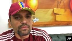 El teniente coronel Illich Sánchez, parte de un grupo de militares que se rebeló contra el gobierno de Nicolás Maduro que estuvo siete meses en la embajada panameña en Caracas, asegura que aunque salieron de Venezuela, su lucha para restaurar la democracia sigue.