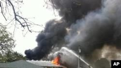 圖為消防人員在墜機現場滅火。