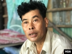 Land activist Chheng Bunhak tells VOA Khmer that he is ordered to appear at the police station on the 25th day of each month, in Poipet, Banteay Meanchey province, Cambodia, May 26, 2020. (Hul Reaksmey/VOA Khmer)
